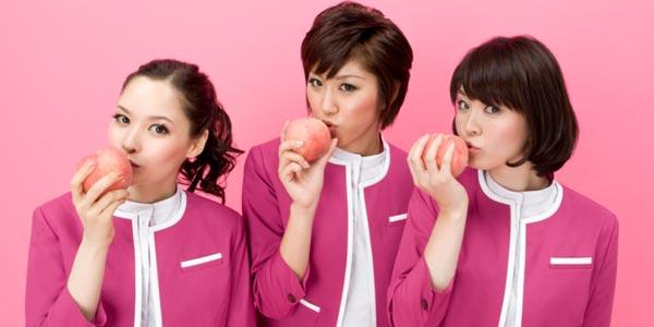 Hôtesses de la compagnie Peach, la première compagnie aérienne low-cost japonaise.