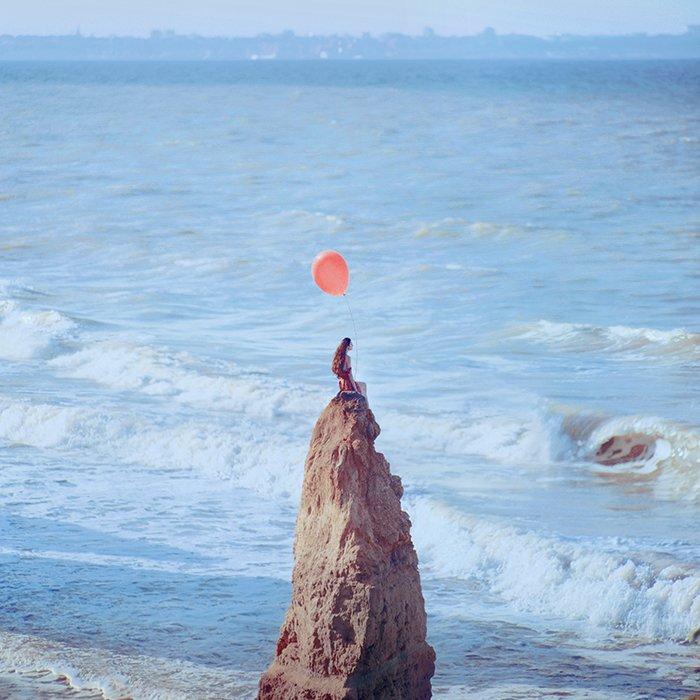 Femme au ballon plage